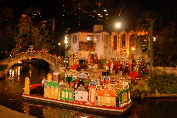 san-antonio-river-walk-holiday-parade