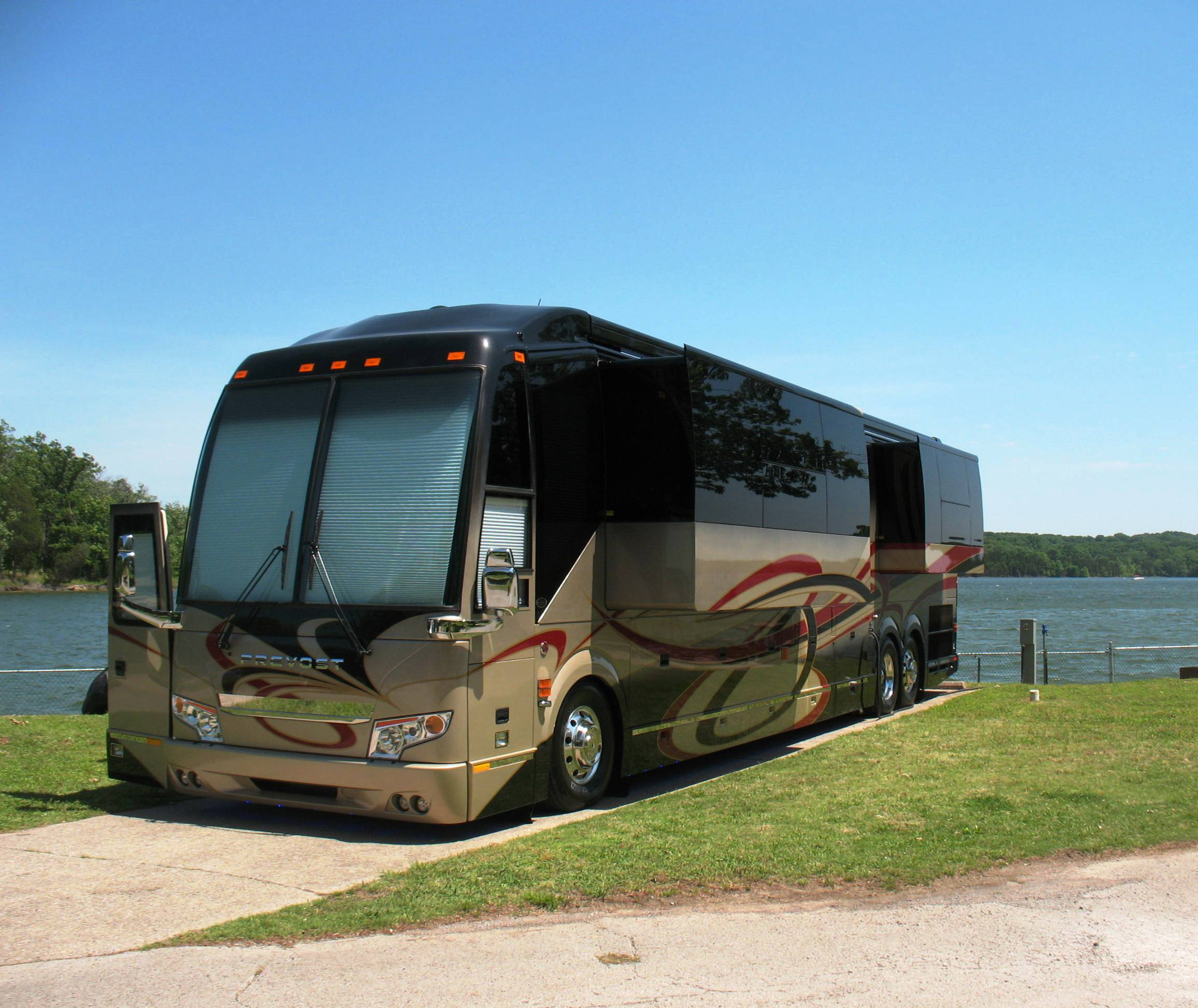 Nashville Shores Lakeside Resort - RV site by lake
