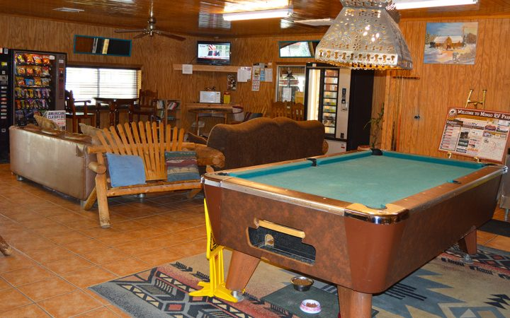 Mingo RV Park - recreation room and pool table