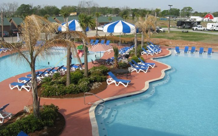 Cajun Palms RV Park - pool with swim up bar