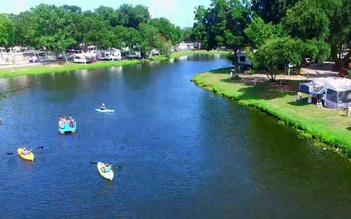 Lakewood Camping Resort - lake and kayaks