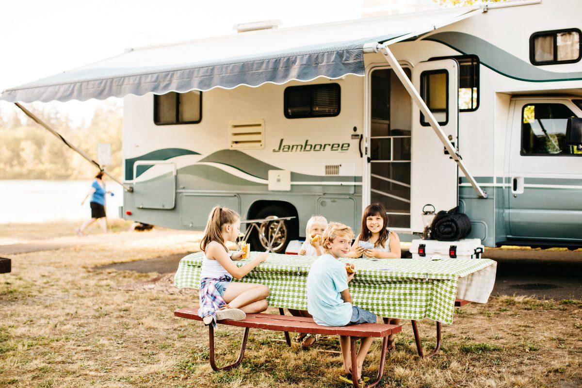 Friends Landing - kids enjoying lunch