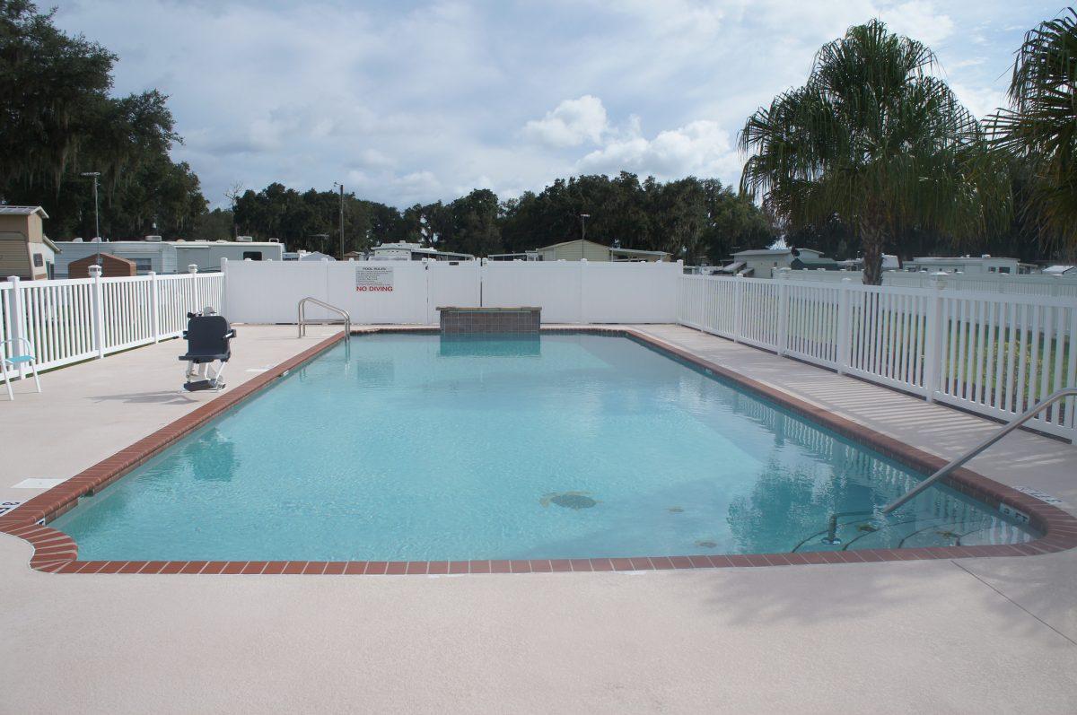 Sunshine Village MH/RV Resort - swimming pool