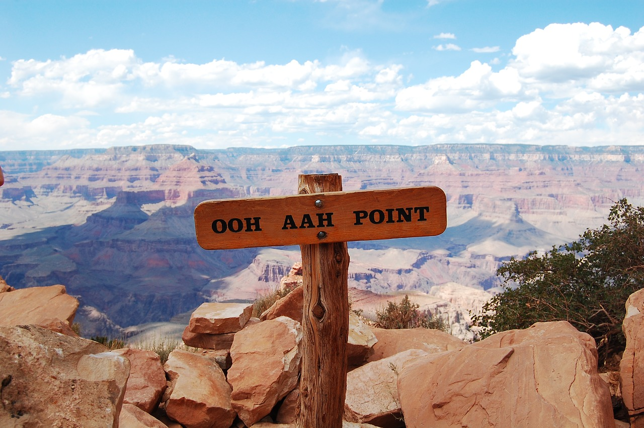 "A sign indicating the ""Ooh Aah Point"" on the Kaibob Trail."