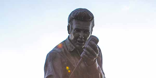 Statue of Elvis singing into a mic